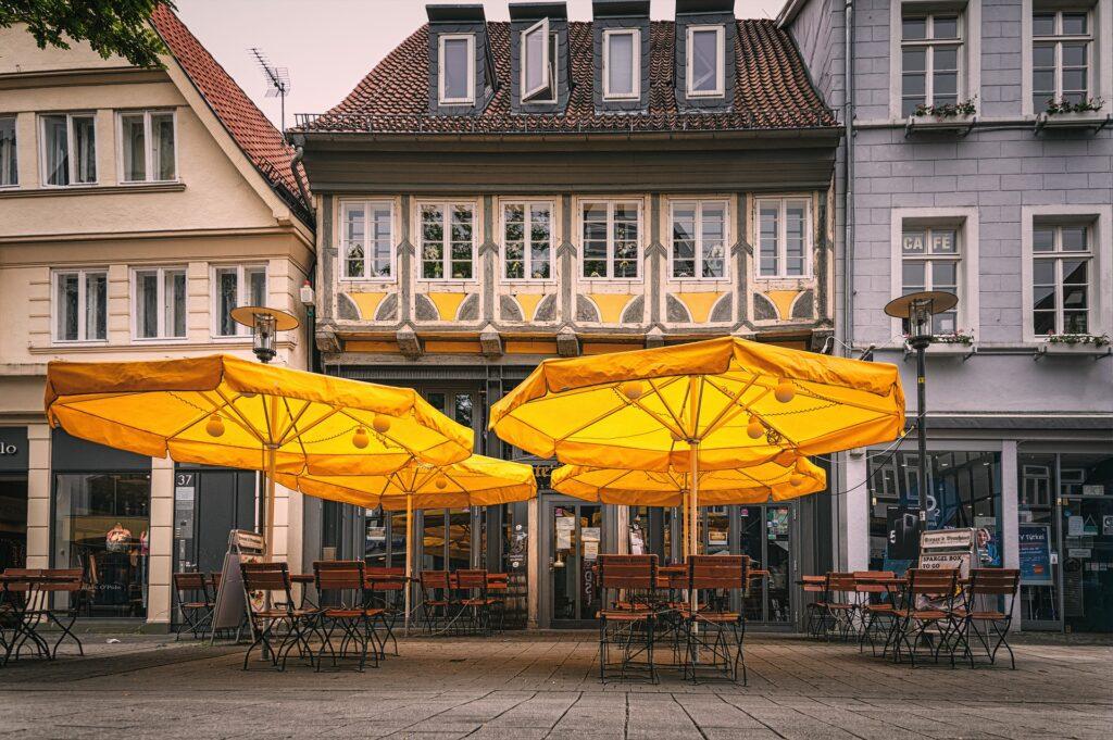 Cafe mit Sonnenschirmen