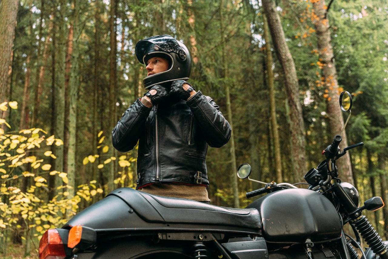 Motorradfahrer im Wald